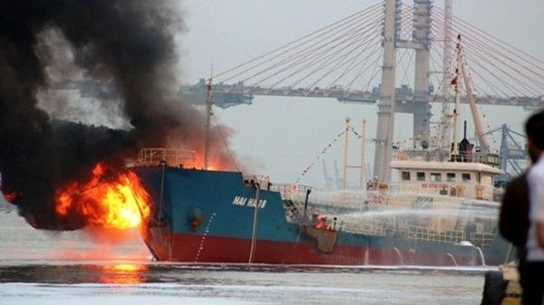 Во Вьетнаме взорвался и сгорел танкер