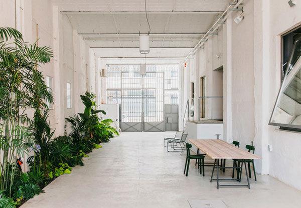Как два дизайнера превратили огромный склад в Барселоне в уютный коворкинг