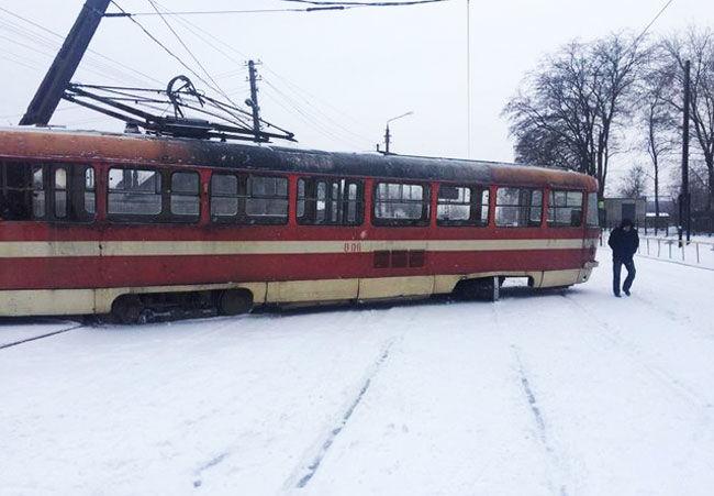 В Запорожье сошел с рельсов трамвай и перевернулся автобус