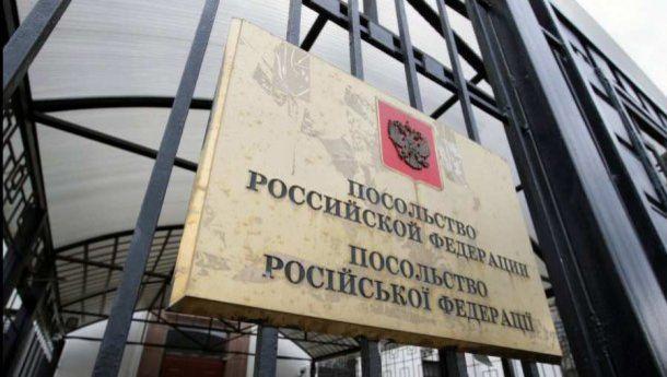 Российские дипломаты начали покидать Украину
