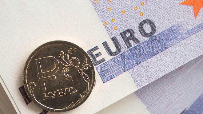 Рубль упал до 2-летнего минимума по отношению к евро