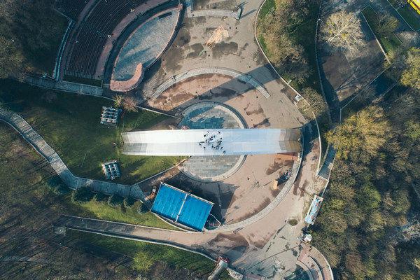 В Киеве руферы поднялись на арку Дружбы народов