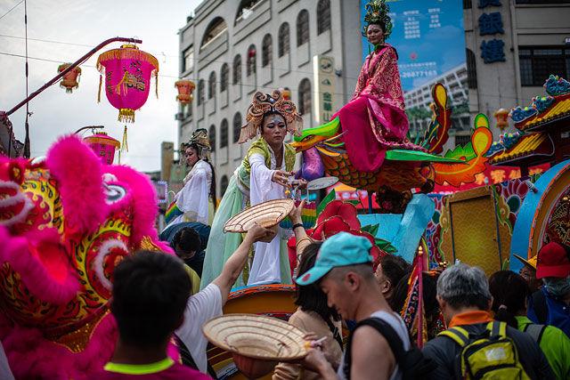 На Тайване миллионы паломников начали красочное шествие в честь богини мореходов