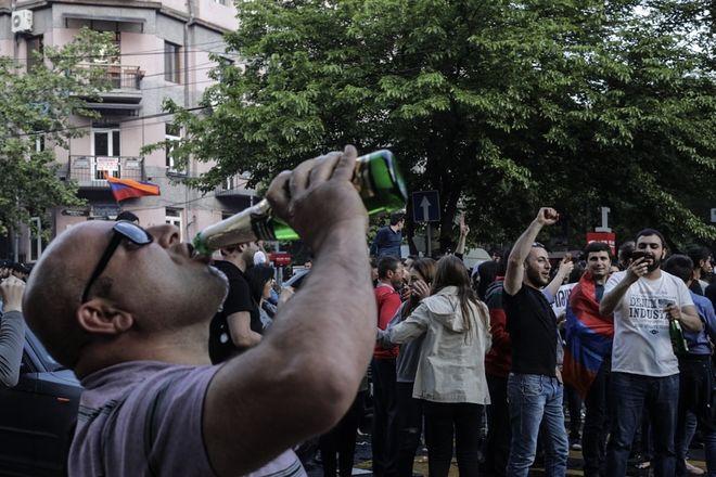 Армяне ликуют и распивают шампанское на улицах после отставки правительства