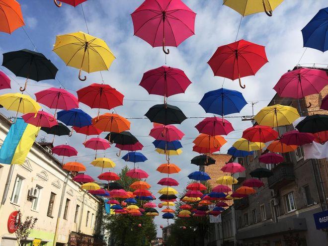 На улицах Житомира развесили 200 зонтиков