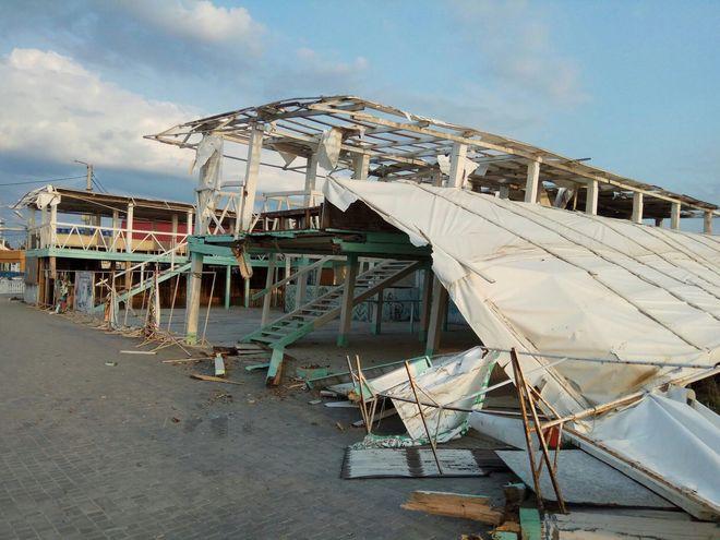 В Крыму стартовал курортный сезон: туристов ожидают горы мусора и разрушенные пляжи