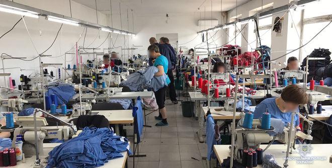 В Хмельницком обнаружили подпольную фабрику «брендовой» спортивной одежды