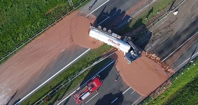 В Польше не могут очистить дорогу от шоколада