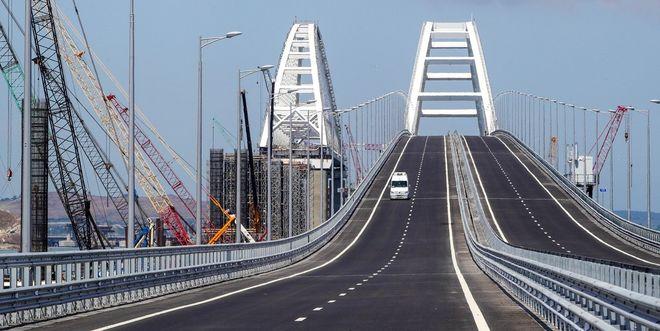 Крымский мост: россияне считают машины, украинцы – убытки