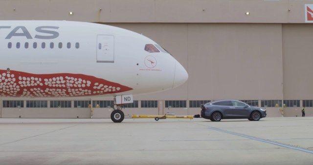Tesla Model X установила рекорд, перетащив 126-тонный Boeing