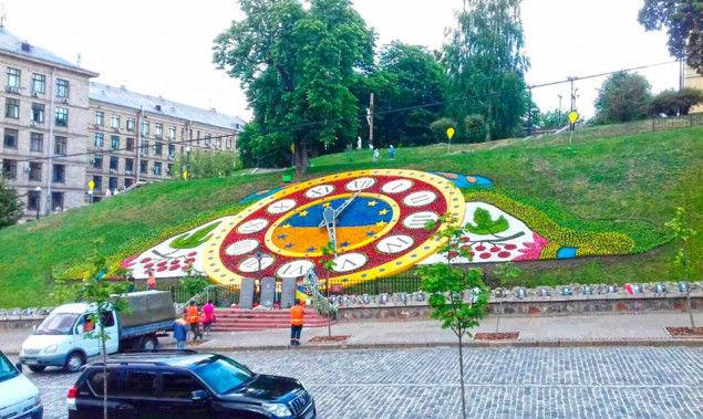 В центре Киева обновили оформление цветочных часов