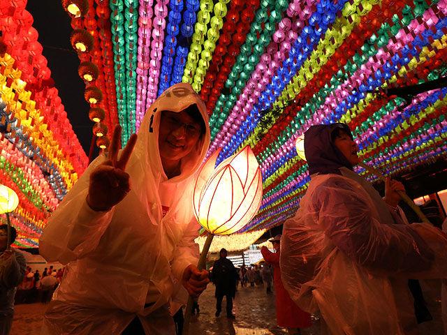 Корейцы устроили фестиваль огней в честь дня рождения Будды
