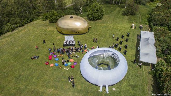 В Киеве открыли «парк коррупции» со 100-метровым «золотым батоном»