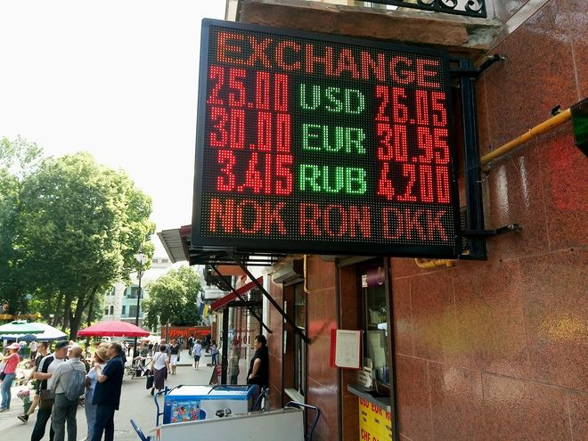 Курс доллара поднимают и укачивают