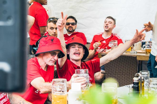 Фанаты «Ливерпуля» оккупировали один из баров на Крещатике: яркие фото британцев