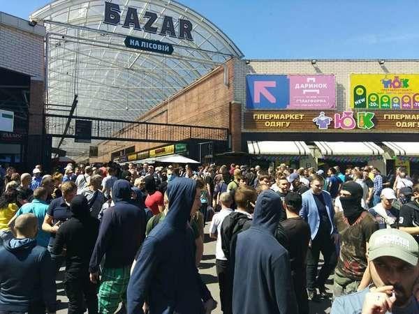 Неизвестные разгромили рынок на станции метро Лесная