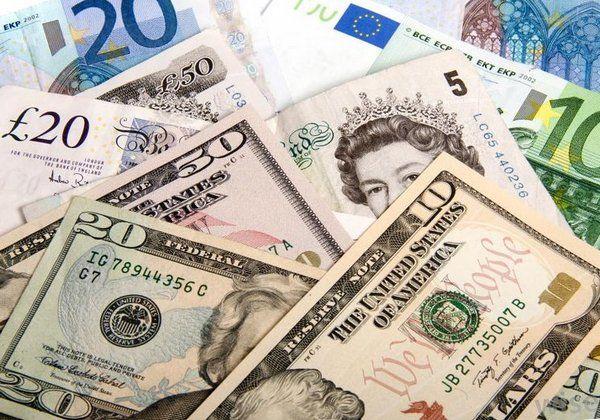 Украинцы продали рекордный объем валюты и существенно сократили ее покупку