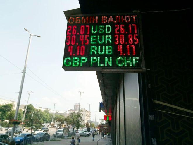 Доллар откатывают из-за нехватки гривны в понедельник