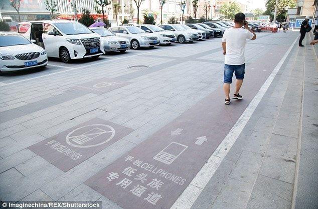 В Китае сделали специальную дорогу для смартфонозависимых людей