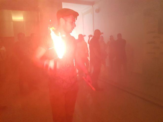 В горсовете Харькова произошли столкновения, в здание бросили дымовую шашку