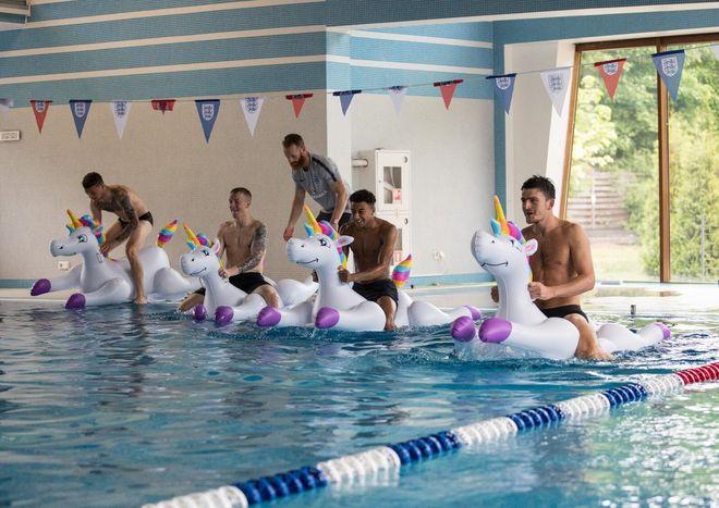 Футболисты сборной Англии катаются на надувных единорогах