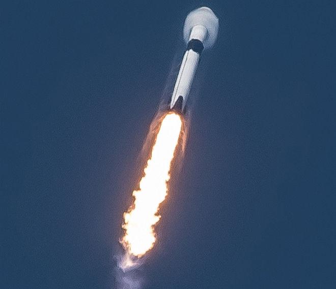 SpaceX запускает в космос грузовой корабль Dragon с плюшевым псом на борту