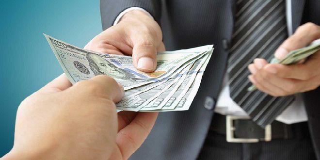 Более половины денежных переводов из России попадает в Украину неофициально