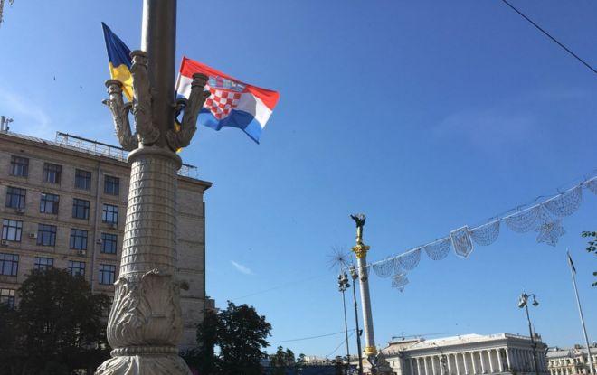 Главную улицу Киева завесили флагами Хорватии