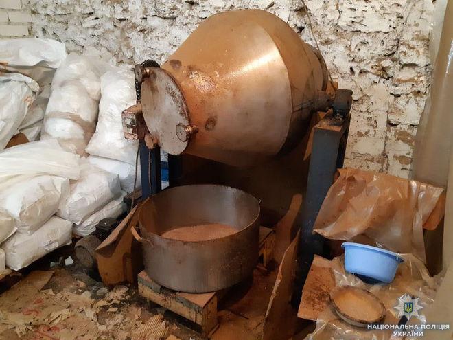 В Херсоне с помощью бетономешалки подделывали кофе известного бренда