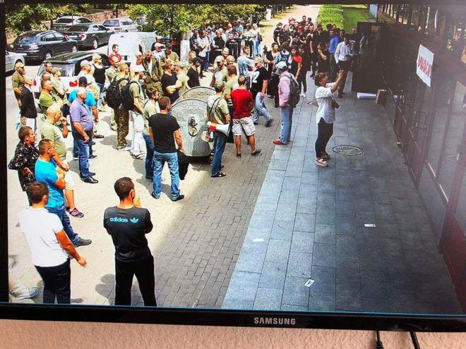 Протестующие ворвались в здание НАБУ: крушили мебель и бросали торты Roshen