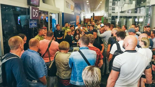 """Разъяренные туристы пытались захватить гейт в """"Борисполе"""""""