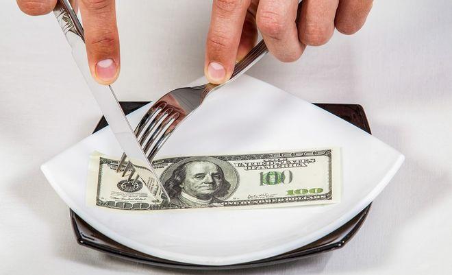 Доллар снова дорожает после аукциона Нацбанка — мало продал