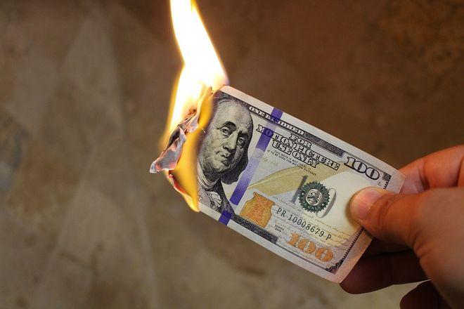 В Турции протестуют против Трампа и сжигают доллары