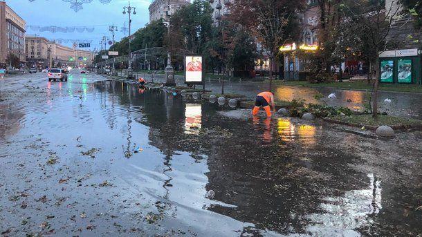 Великий потоп в Киеве: поваленные деревья и разрубленное авто