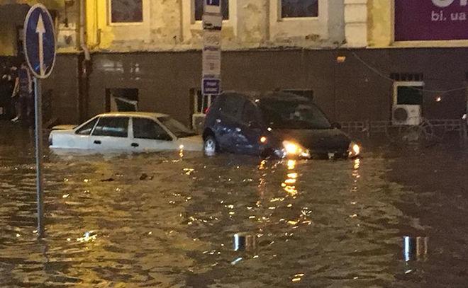 По Киеву на лодках: столицу затопило второй раз за неделю