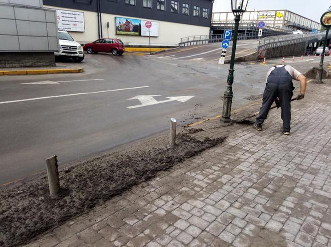 В Киеве из-за непогоды провалился асфальт