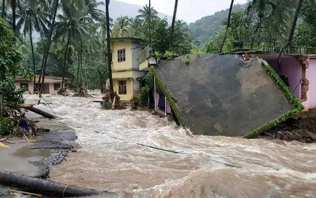 В результате мощного наводнения в Индии погибли сотни людей