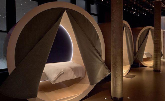 В новом баре Нью-Йорка гостям выделяют кровати для сна