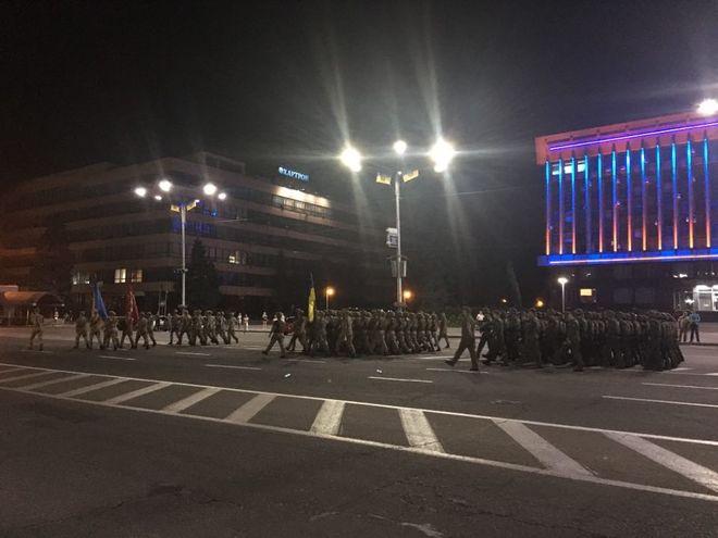 В центре Запорожья проходит ночной парад