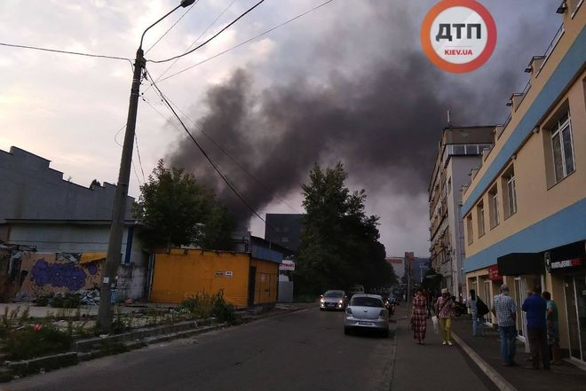 В Киеве из-за мусора, чуть не сгорел завод «Маяк»