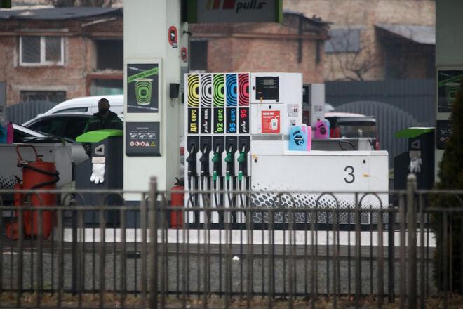 АЗС опустили ценники: на сколько подешевел бензин за неделю - фото