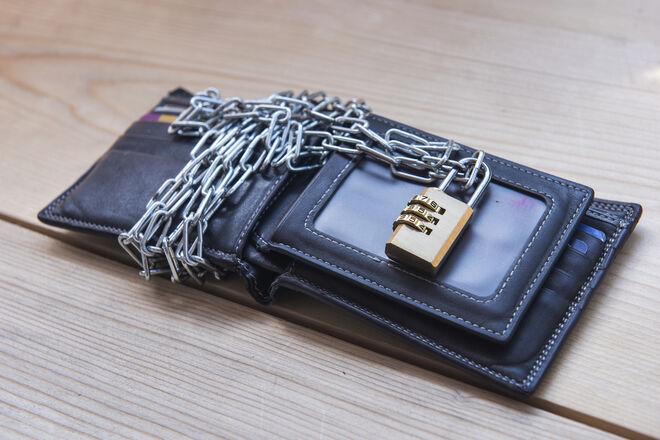 Банки без спросу списывают долги по коммуналке со счетов клиентов: деньги лучше держать дома - фото