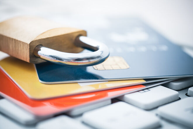 Приватбанк вовсю блокирует карточки клиентам после актуализации их данных - фото